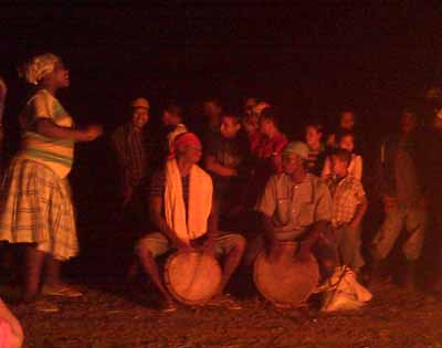 At the road block the same night, the Garifuna delegation entertained with drumming, singing and dancing